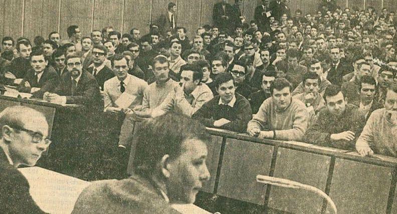 Die Asta-Vollversammlung zu den Studierendenstreiks in einem Hörsaal