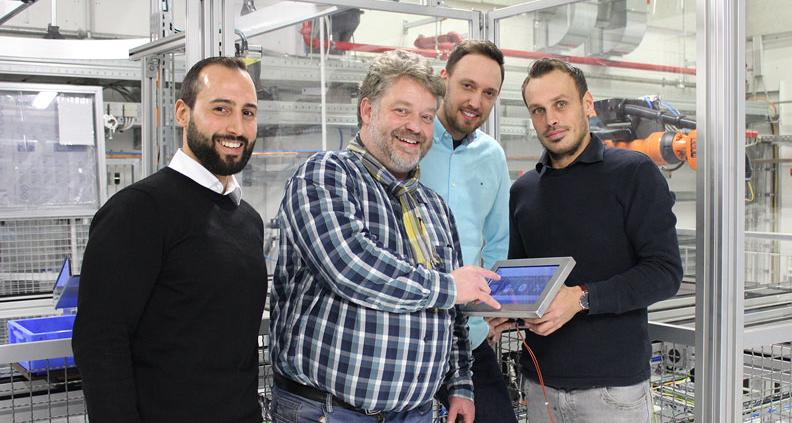 Die Gründer des Start-Ups posieren zusammen mit Ihrem Professor für ein Bild