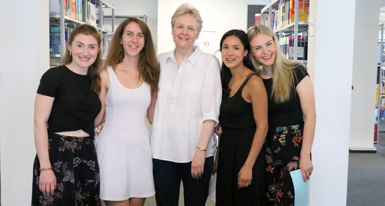 Studierende der HWR Berlin posieren für ein Bild