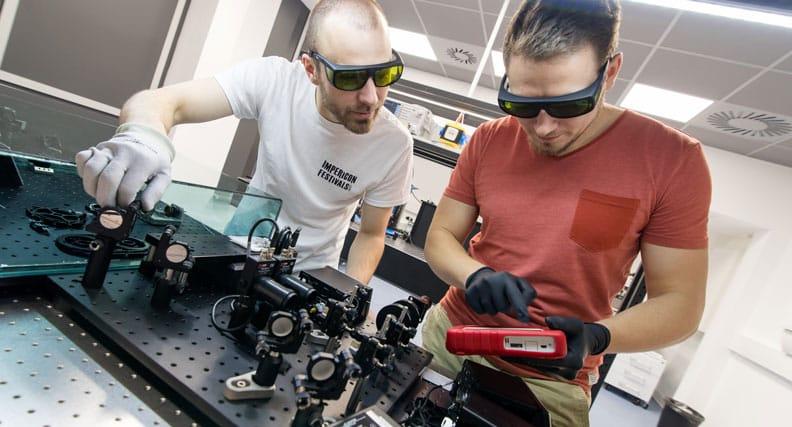 Die Wissenschaftler Marcus Wittig und Florian Rudek arbeiten an einer Lernplattform für die didaktische Aufbereitung eines Ultrakurzpulslasers.