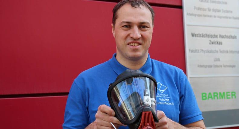 Prof. Dr. Rigo Herold zeigt die innovative Feurwehrmaske mit Datenbrille