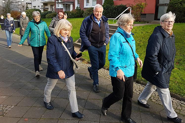 Teilnehmer des Programms nehmen an Gruppenaktivität draußen teil.