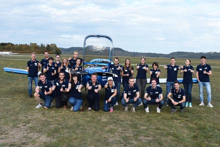 "Studierende des Studiengangs International Project Engineering posieren vor der eigens entwickelten und gebauten Propellermaschine ""Ingenious Performance"""