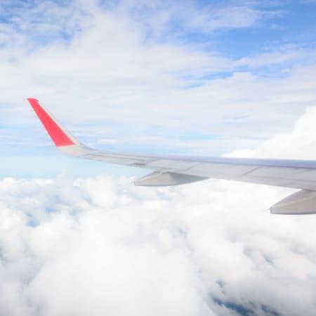 Flugzeugtragflaeche über den Wolken