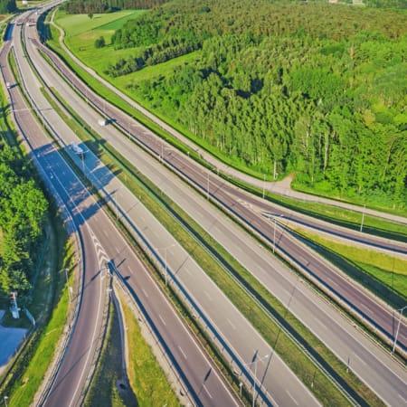 Eine mehrspurige Autobahn im Grünen aus der Vogelperspektive