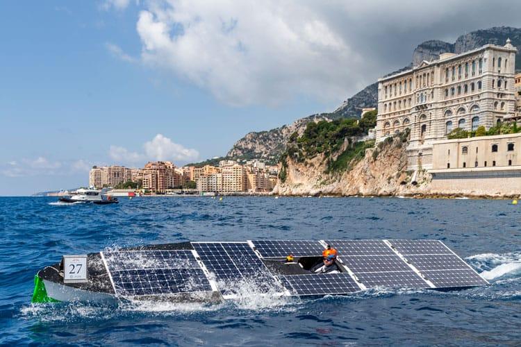 Solarboot fährt an der Küste Monacos durchs Meer