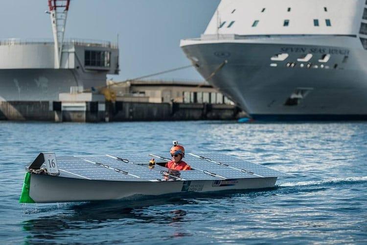 Solarboot im seichten Meer
