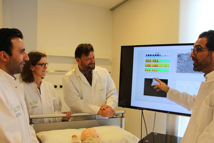 Aertzeteam wertet Daten an einem Monitor im Krankenhaus aus