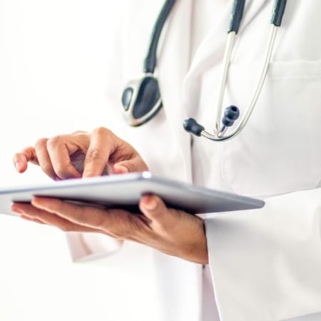 Arzt mit Tablet in der Hand