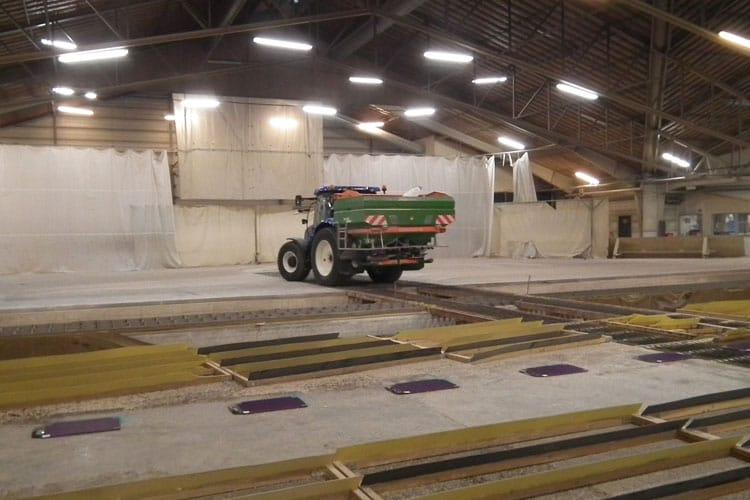 Traktor zur Düngemittelverteilung in einer Halle