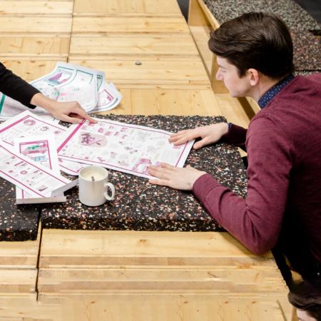 Sebastian Lorenz und Susan Radisch arbeiten an ihrem Projekt.