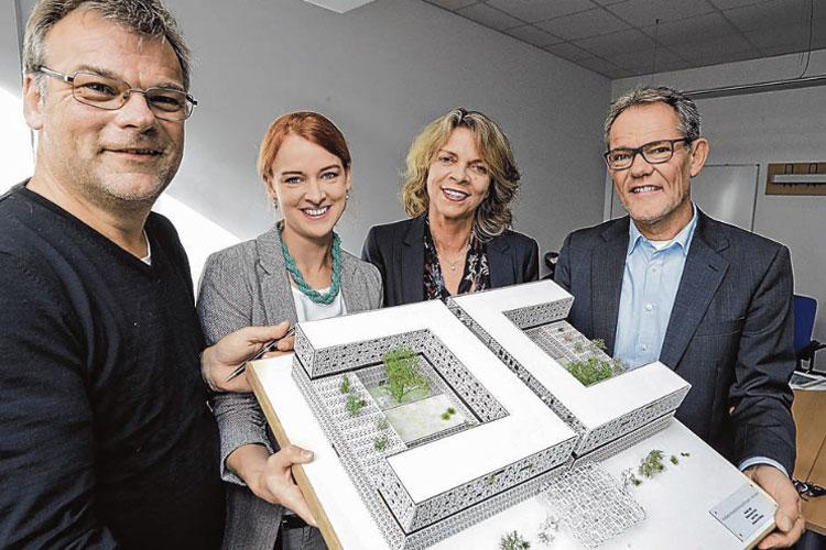 Das Projektteam der TH Luebeck zeigt das Modell des Krankenhauses