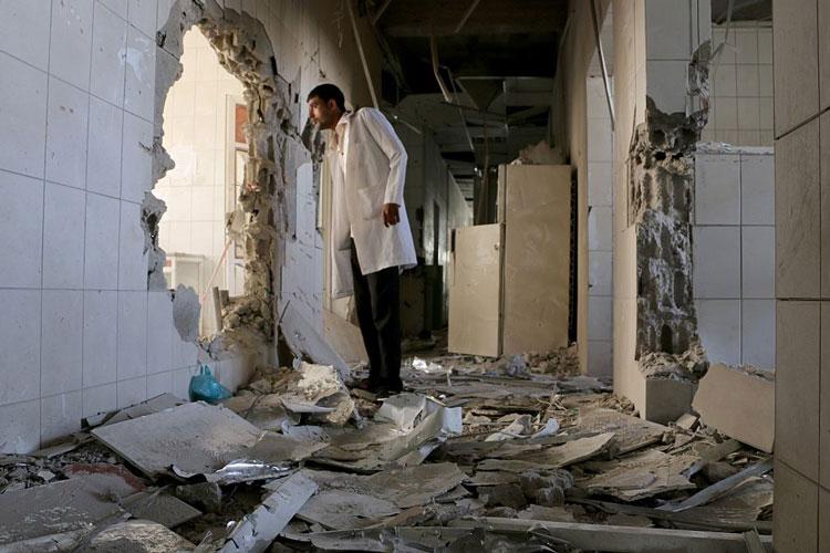 Ein Arzt steht in einem zerstörten Krankenhaus