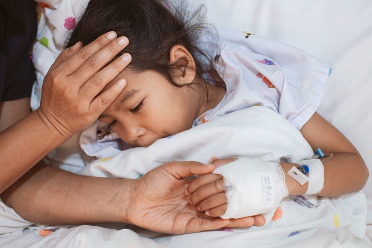 Ein Kind im Krankenhaus wird medizinisch versorgt und betreut