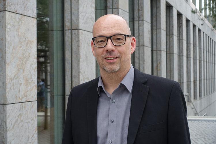 Dr. Stefan Weidmann vor einem Gebäude