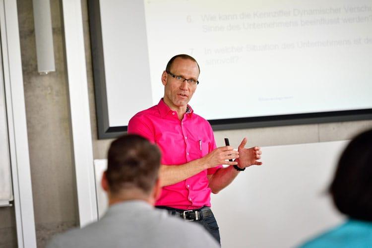 Prof. Dr. Ralf Jürgen unterrichtet seine Studierenden