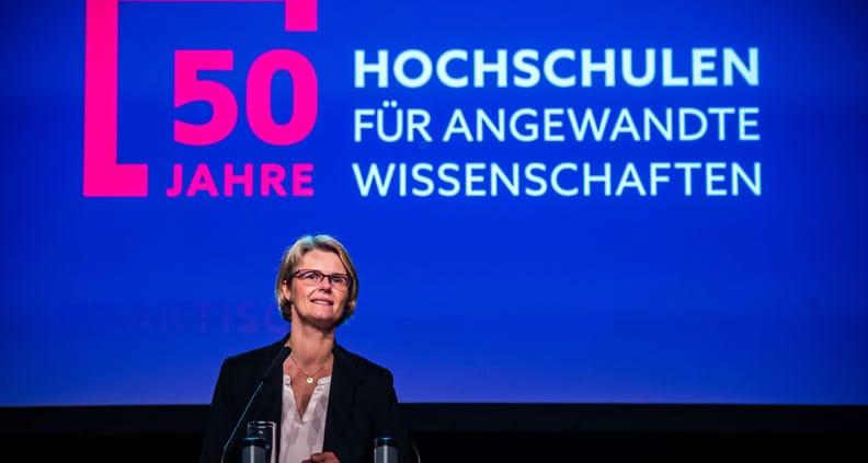 Bundesbildungsministerin Karliczek hält eine Rede
