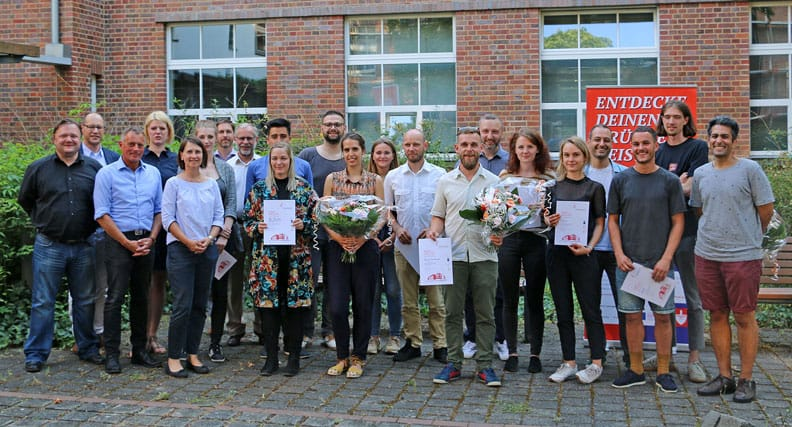 Die Preisträger der FOUND IT Ideencup posieren mit Ihren Urkunden für ein Foto