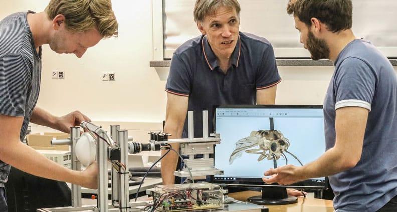 Die Master-Studenten Niklas Haase (li.) und Paul Kalinowski (re.) entwickelten den Insektenscanner im Labor für optische 3D-Messtechnik der Jade Hochschule mit Betreuer Prof. Dr. Thomas Luhmann weiter.