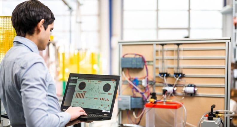 Doktorand Andreas Ebner überprüft Anlageparameter und Messwerte in einer Anwendung, die Daten über die neue Plattform erhält.