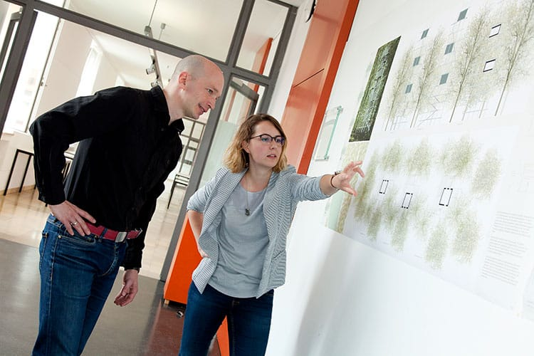 Prof. Dr.-Ing. Joachim Müller und Tanja Scheffler besprechen einen Projektplan.
