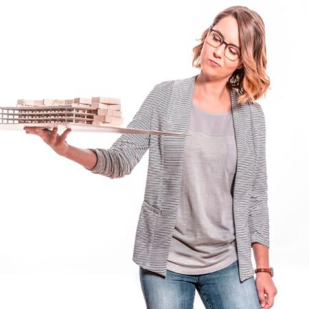 Tanja Scheffler und ihr Modell von intelligenten Häusern.