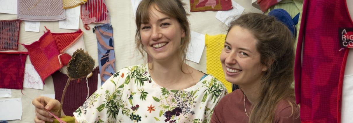 Annika Klaas und Madeleine Mesam posieren für ein Portrait.