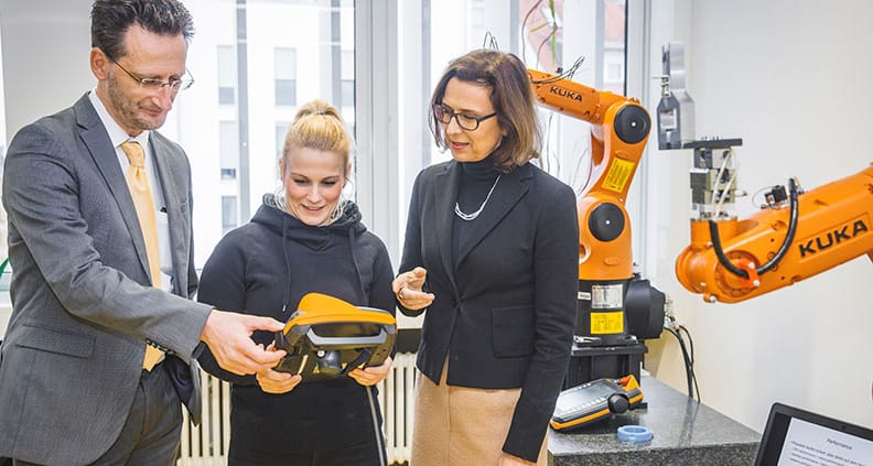 Gründungsdekan Prof. Jean-Alexander Müller und HTWKRektorin Prof. Gesine Grande mit Studentin Mandy Reinhold in einem Labor der Hochschule.