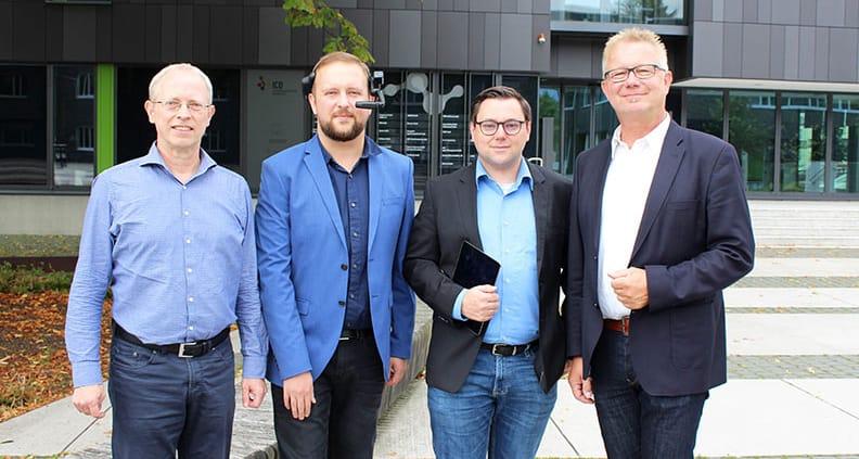 (von links) Prof. Dr. Clemens Westerkamp von der Fakultät Ingenieurwissenschaften und Informatik mit Rolf Behrens und Alexei Kolesnikow von Bitnamic, der eine Augmented-Reality-Brille präsentiert, sowie Prof. Dr. Bernd Lehmann, Vizepräsident für Forschung, Transfer und Nachwuchsförderung.