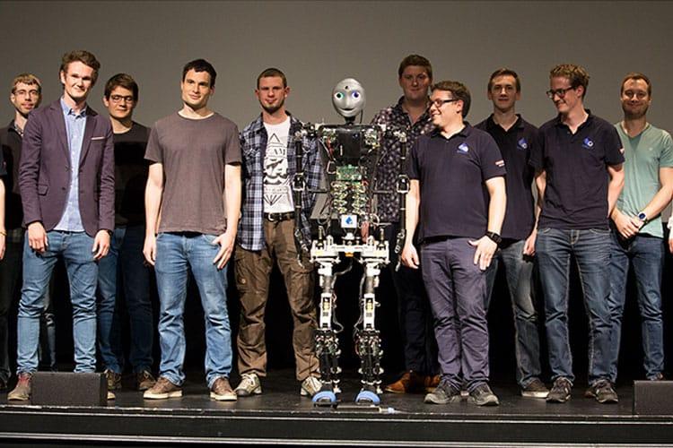 """""""Sweaty"""" der Roboter mit dem Team aus Studierenden."""