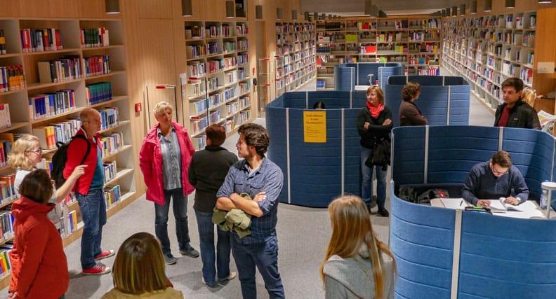Bibliothekarin Annika Neumann (links) führt durch die neue HfWU-Bibliothek.
