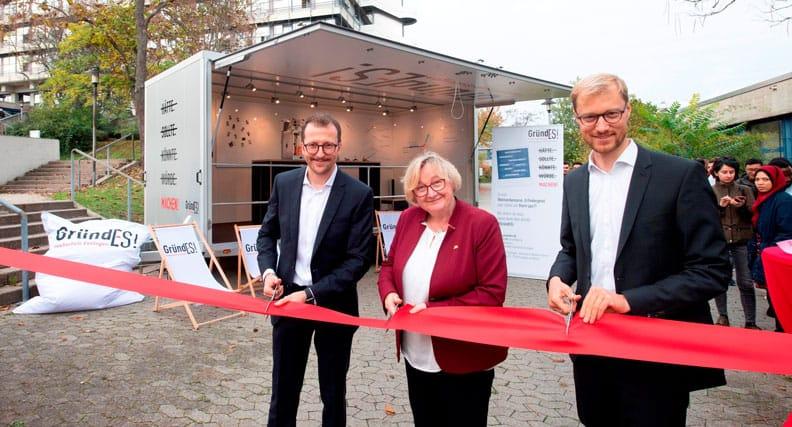 Ministerin Theresia Bauer, Prorektor Prof. Dr.Fabian Diefenbach (rechts) und GründES-Leiter Prof. Dr. Michael Flad eröffen den Innovation Truck.