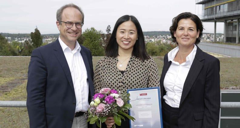 Preisträgerin Jessica Chhen mit dem Betreuer der Arbeit Prof. Dr. Michael Schleusener und der Zweitprüferin Prof. Dr. Silvia Zaharia bei der Verleihung in Pforzheim.