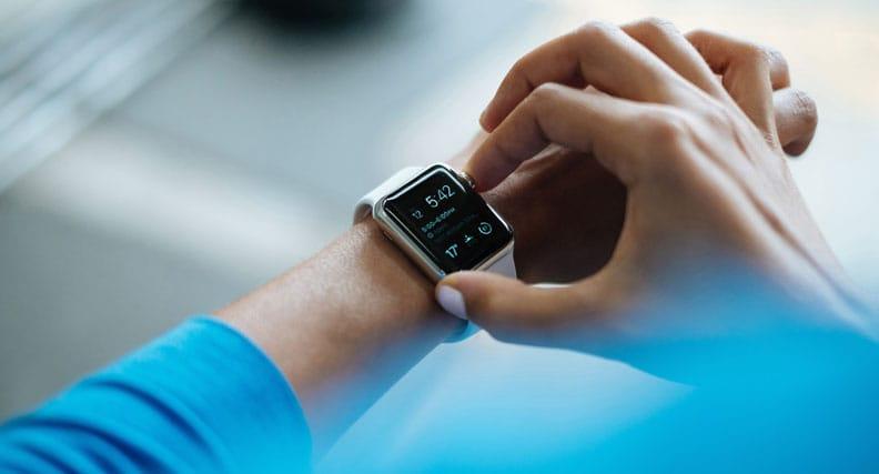 Eine Person bedient ihre Smartwatch am Handgelenk.