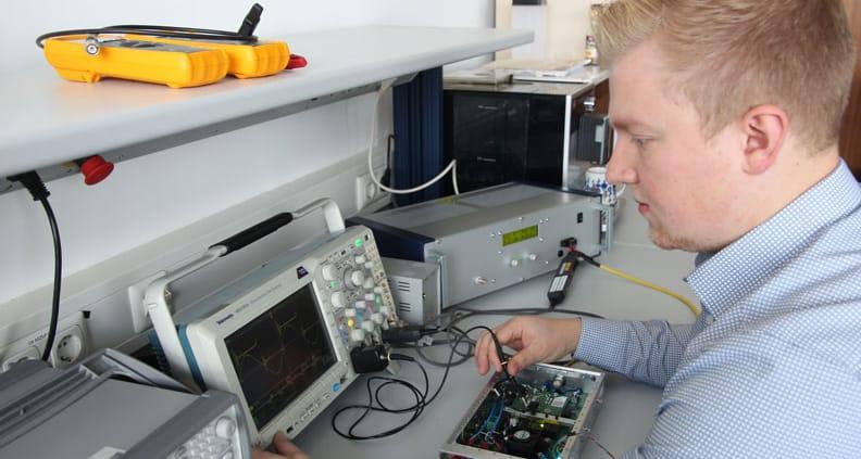 Doktorand Jan Erik Junker untersucht einen Radiofrequenzgenerator, der einen elektrischen Raumfahrtantrieb mit Energie versorgt.