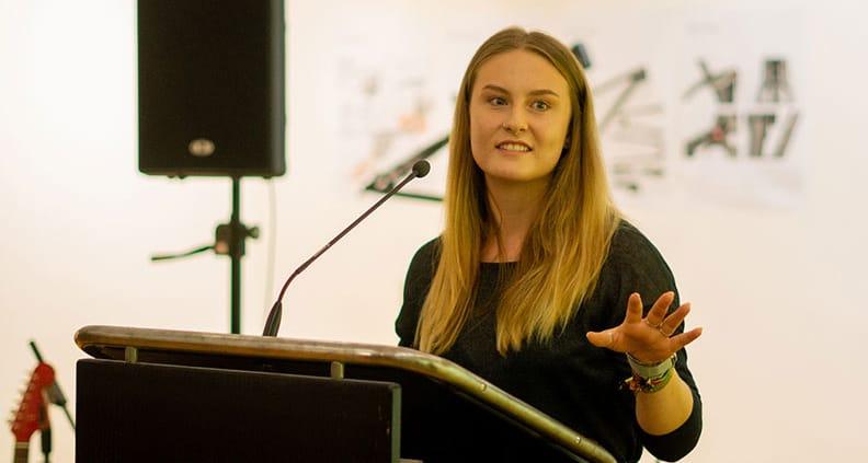 Industriedesign-Studentin Marina Koch erklärte den Besuchern die Ausstellung.