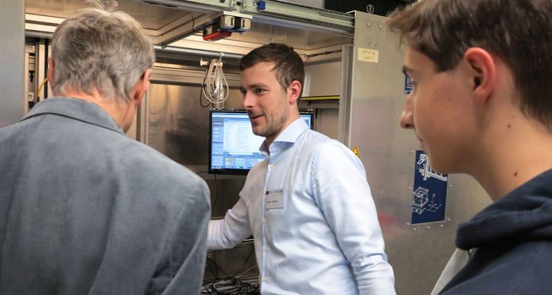 Großes Interesse bei den Laborbesichtigungen: Stephan Englmaier, Technischer Mitarbeiter der OTH Regensburg erklärt die Funktionsweise einer Laserversuchsanlage.