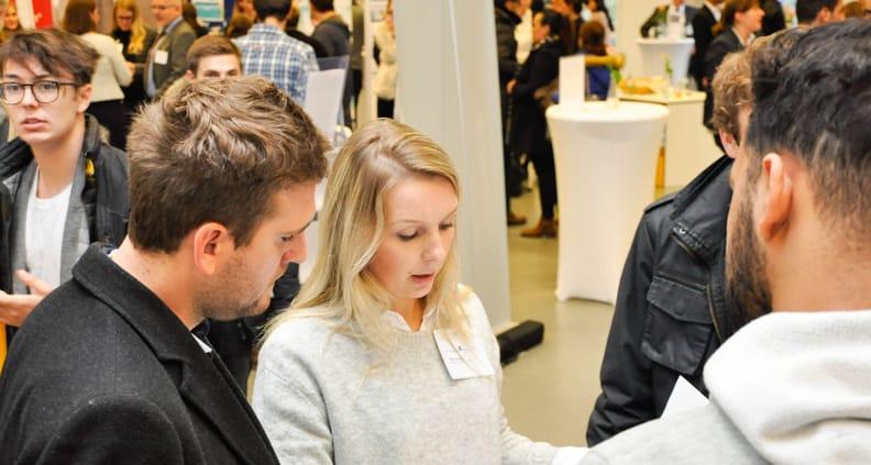 Studierende treffen bei der Lunch&Connect auf Unternehmen.