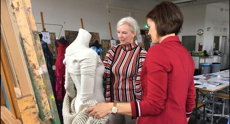 Professorin Maike Rabe begutachtet mit Ute Welty die Kleider für den Bundespresseball.