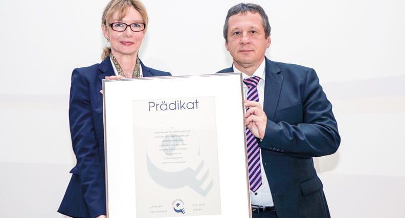 Die Gleichstellungsbeauftragte Prof. Dr. Anka Reich und Rektor Prof. Dr. Andreas Frey nahmen die Auszeichnung entgegen.
