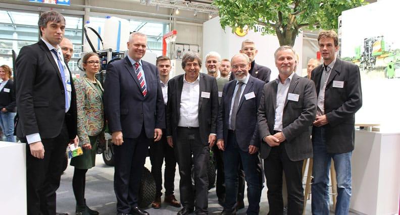 Der Niedersächsische Minister für Wissenschaft und Kultur Björn Thümler besichtigte die sechs Exponate der Hochschule Osnabrück am (gestrigen) Mittwoch, 13. November.