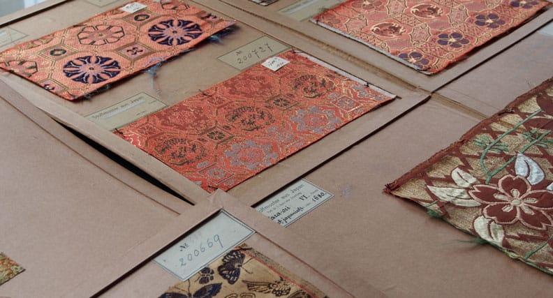 Die kostbaren japanischen Textilmuster aus der Sammlung der Hochschule Reutlingen wurden wahrscheinlich von von Belz selbst beschriftet und zur Präsentation auf die heute noch erhaltenen Pappenmappen aufgebracht. Foto: Hochschule Reutlingen.
