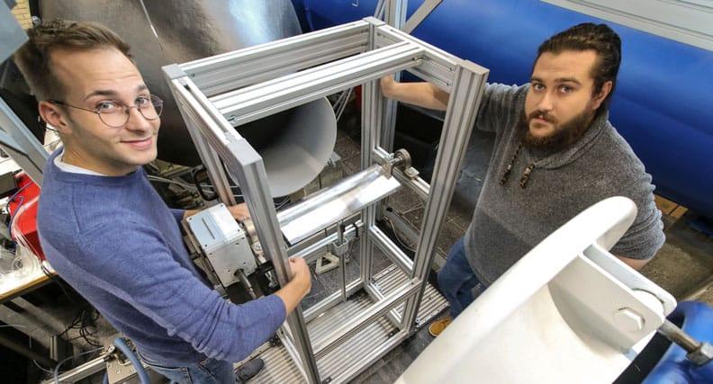 Die wissenschaftlichen Mitarbeiter Christoph Million (li.) und Konrad Hartung untersuchten im Windkanal die Profilausschnitte von Turbomaschinen.