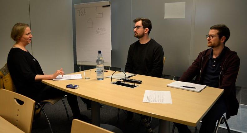 """Student Jonas Schmidt (mitte) hat das Bewerbungs-Training sehr viel weitergebracht: """"Es war sehr interessant, persönlich mit dem Personaler zu sprechen und ein direktes Feedback zum Gespräch selbst, als auch zur Bewerbung zu bekommen."""""""