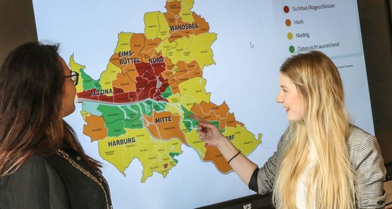 Dem Phänomen Gentrifizierung auf der Spur: Die Berechnungen von Marie Sander (re.) erlauben einen Blick in die zukünftige Entwicklung der Stadtteile