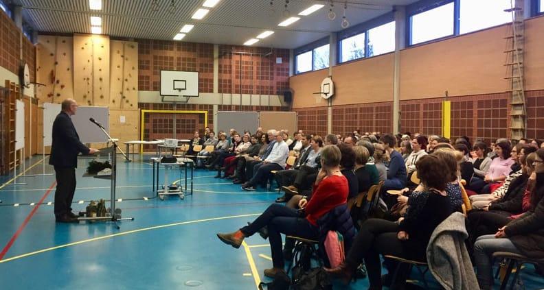 Bild: Der Amberger Bürgermeister begrüßt die Schulfamilie und lädt zur klassischen und digitalen Partizipation ein.