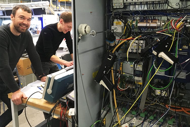 Kabelsalat: Simon Puls (Lenze SE) und David Kater (KEB) beim Mess-Test