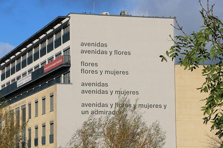 """Das Gedicht """"avenidas"""" an der Außenwand der ASH Berlin."""