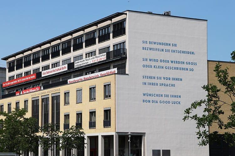 """Das Gedicht der Preisträgerin Barbara Köhler an der Fassade der ASH Berlin, die das Gedicht """"avenidas"""" künstlerisch reflektiert hat."""