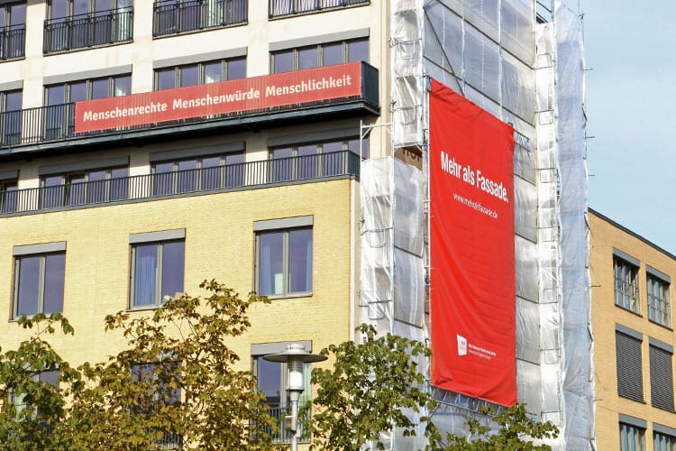 "Der Banner ""mehr als Fassade"" an der ASH Berlin."